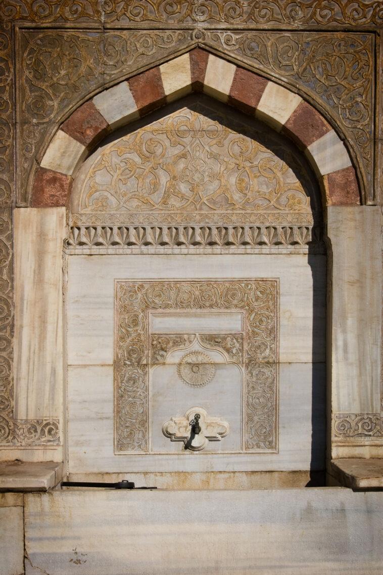 Brunnen an der Außenseite der Hagia Sophia in Istanbul, Türkei von Martin Ziaja Photography